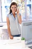 Περιστασιακός εργαζόμενος γραφείων στο τηλεφωνικό χαμόγελο Στοκ Φωτογραφία