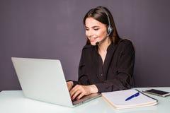 Περιστασιακός εργαζόμενος υποστήριξης πελατών στην αρχή με την κάσκα και lap-top στην αρχή Στοκ Εικόνα
