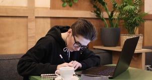Περιστασιακός καφές κατανάλωσης κοριτσιών και χρησιμοποίηση του lap-top φιλμ μικρού μήκους