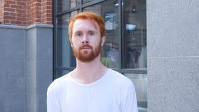 Περιστασιακός νεαρός άνδρας έξω από το γραφείο του, κόκκινες τρίχες Στοκ Εικόνες