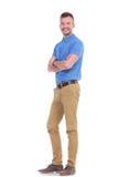 Περιστασιακός νεαρός άνδρας με τα χέρια που διπλώνονται Στοκ εικόνα με δικαίωμα ελεύθερης χρήσης