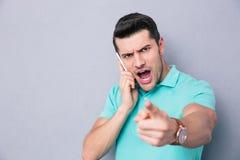 Περιστασιακός νεαρός άνδρας που μιλά στο τηλέφωνο Στοκ Εικόνα
