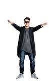 Περιστασιακός νεαρός άνδρας που φορά τα γυαλιά ηλίου, χέρια επάνω, ευτυχές, θετικό α Στοκ εικόνες με δικαίωμα ελεύθερης χρήσης