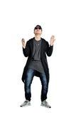 Περιστασιακός νεαρός άνδρας που φορά τα γυαλιά ηλίου, χέρια επάνω, ευτυχές, θετικό α Στοκ Εικόνες