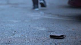 Περιστασιακός περαστικός που παίρνει το πορτοφόλι που χάνεται από το άτομο, την πλεονεξία και το stinginess απόθεμα βίντεο