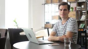 Περιστασιακός χαλαρώστε τη συνεδρίαση ατόμων στο γραφείο, εξετάζοντας τη κάμερα Στοκ Φωτογραφίες