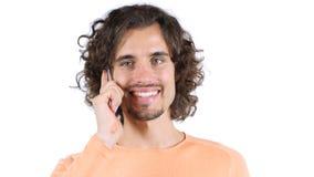 Περιστασιακό άτομο με τις τρίχες μπουκλών, που μιλούν σε Smartphone, πορτρέτο Στοκ φωτογραφία με δικαίωμα ελεύθερης χρήσης