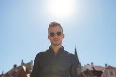 Περιστασιακό άτομο με τον ήλιο στην πλάτη Στοκ Εικόνες