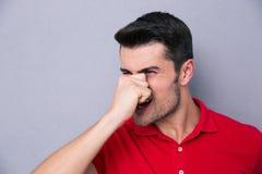Περιστασιακό άτομο που καλύπτει τη μύτη του Στοκ Φωτογραφία