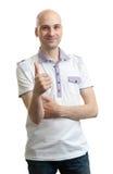Περιστασιακό άτομο που παρουσιάζει αντίχειρά του Στοκ φωτογραφία με δικαίωμα ελεύθερης χρήσης