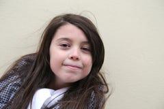 Περιστασιακό ευτυχές λευκό νέο κορίτσι: Χειμερινή εξάρτηση Στοκ φωτογραφία με δικαίωμα ελεύθερης χρήσης