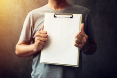 Περιστασιακό καυκάσιο ενήλικο ατόμων έγγραφο σημειωματάριων εκμετάλλευσης κενό Στοκ φωτογραφία με δικαίωμα ελεύθερης χρήσης