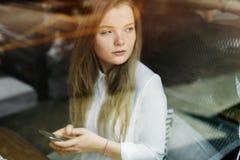 Περιστασιακό κορίτσι που συνδέει την ψηφιακή έννοια Διαδικτύου συσκευών Στοκ Φωτογραφίες