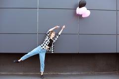 Περιστασιακό κοριτσιών γύρω με τα μπαλόνια αέρα υπαίθρια Στοκ φωτογραφία με δικαίωμα ελεύθερης χρήσης