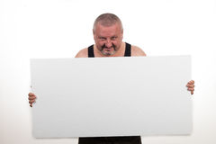 Περιστασιακό παχύ άτομο που κρατά ένα κενό έγγραφο πέρα από ένα άσπρο υπόβαθρο Στοκ Εικόνα