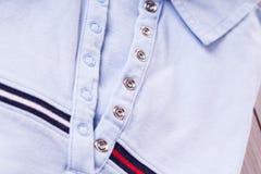 Περιστασιακό περιλαίμιο πουκάμισων και λεπτομέρεια σύστασης στοκ φωτογραφία