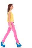 Περιστασιακό περπάτημα γυναικών στοκ εικόνα