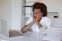 Περιστασιακό συναίσθημα επιχειρηματιών που εξαντλείται στο γραφείο του Στοκ Φωτογραφία