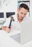 Περιστασιακό σφυρί εκμετάλλευσης επιχειρηματιών πέρα από το lap-top Στοκ εικόνες με δικαίωμα ελεύθερης χρήσης