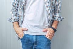 Περιστασιακό όμορφο άτομο που φορά τα τζιν και το πουκάμισο καρό Στοκ Εικόνα