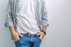 Περιστασιακό όμορφο άτομο που φορά τα τζιν και το πουκάμισο καρό Στοκ εικόνα με δικαίωμα ελεύθερης χρήσης