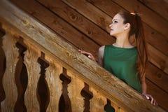 Περιστασιακό όμορφο νέο κορίτσι Υπαίθρια πορτρέτο Στοκ φωτογραφία με δικαίωμα ελεύθερης χρήσης