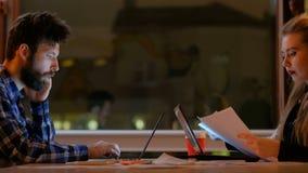 Περιστασιακό lap-top τηλεφωνημάτων δραστηριότητας επιχειρησιακών εργαζομένων απόθεμα βίντεο