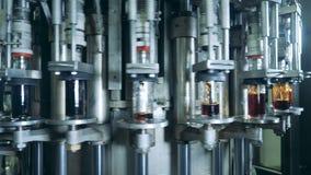Περιστρεφόμενα βιομηχανικά μπουκάλια γυαλιού πλήρωσης μηχανών με το ποτό απόθεμα βίντεο