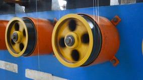 Περιστρεφόμενες επενδεδυμένες με καουτσούκ ρόδες της άνεμος μηχανής απόθεμα βίντεο