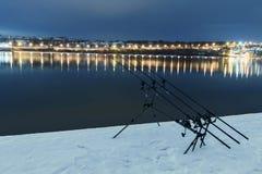 Περιστρεφόμενες ράβδοι αλιειών εξελίκτρων κυπρίνων στη χειμερινή νύχτα Αλιεία νύχτας Στοκ Φωτογραφίες