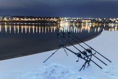 Περιστρεφόμενες ράβδοι αλιειών εξελίκτρων κυπρίνων στη χειμερινή νύχτα Αλιεία νύχτας Στοκ Εικόνες