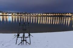 Περιστρεφόμενες ράβδοι αλιειών εξελίκτρων κυπρίνων στη χειμερινή νύχτα Αλιεία νύχτας Στοκ Εικόνα