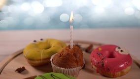 Περιστρεφόμενη επίδειξη των ανάμεικτων κέικ απόθεμα βίντεο