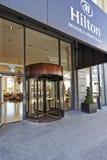 Περιστρεφόμενη πόρτα γυαλιού στη μεγάλη θέση Hilton ξενοδοχείων Στοκ Εικόνες