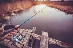 Περιστρεφόμενη ράβδος εκμετάλλευσης ατόμων στον ποταμό αλιεία Στοκ φωτογραφία με δικαίωμα ελεύθερης χρήσης