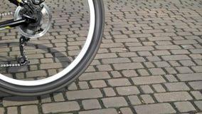 Περιστρεφόμενη ρόδα ποδηλάτων κοντά επάνω απόθεμα βίντεο