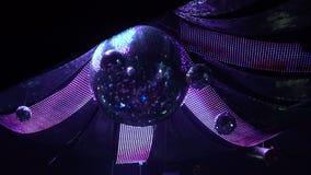 Περιστρεφόμενη σφαίρα καθρεφτών disco με τη φωτισμένη διακόσμηση, ατμόσφαιρα λεσχών νύχτας απόθεμα βίντεο