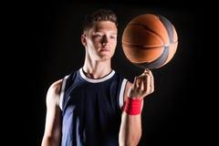 Περιστρεφόμενη σφαίρα παίχτης μπάσκετ στο δάχτυλο στοκ εικόνα με δικαίωμα ελεύθερης χρήσης