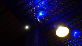 Περιστρεφόμενη σφαίρα disco σε ένα σκοτεινό δωμάτιο απόθεμα βίντεο