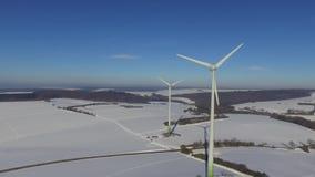 Περιστρεφόμενοι ανεμοτροχοί στο χιονισμένο χειμερινό τοπίο στη Γερμανία