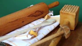 Περιστρεφόμενος ξύλινος πίνακας με το μαγείρεμα του κυλίνδρου κουταλιών και ζύμης απόθεμα βίντεο