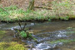 Περιστρεφόμενος mossy υδραυλικός τροχός στοκ εικόνα