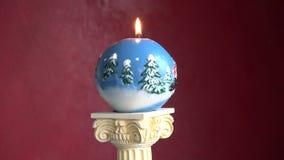 Περιστρεφόμενο διακοσμητικό νέο κερί Χριστουγέννων έτους στο πρότυπο στηλών φιλμ μικρού μήκους