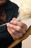 Περιστρεφόμενο μαλλί παλαιών χεριών Στοκ Εικόνα