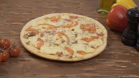 Περιστρεφόμενο πιπέρι ντοματών πιτσών απόθεμα βίντεο