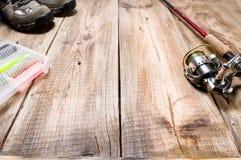 Περιστροφή αλιείας με ένα στροφίο και ένα εργαλείο Αλιεύοντας μπότες και θέλγητρα στοκ εικόνες