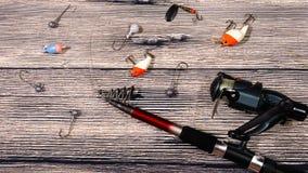 Περιστροφή, γάντζοι και θέλγητρα αλιείας στο ξύλινο υπόβαθρο στοκ εικόνα με δικαίωμα ελεύθερης χρήσης