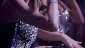 Περιστροφή κοριτσιών του DJ στην περιστροφική πλάκα Το κορίτσι MC τραγουδά στα αυτιά ποντικιών nightclub στέρνο απόθεμα βίντεο