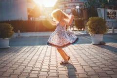 Περιστροφή μικρών κοριτσιών γύρω από τον στην οδό στοκ εικόνες με δικαίωμα ελεύθερης χρήσης