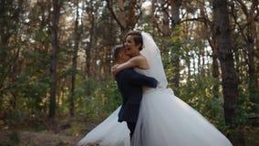 Περιστροφή νυφών και νεόνυμφων στο γαμήλιο χορό απόθεμα βίντεο